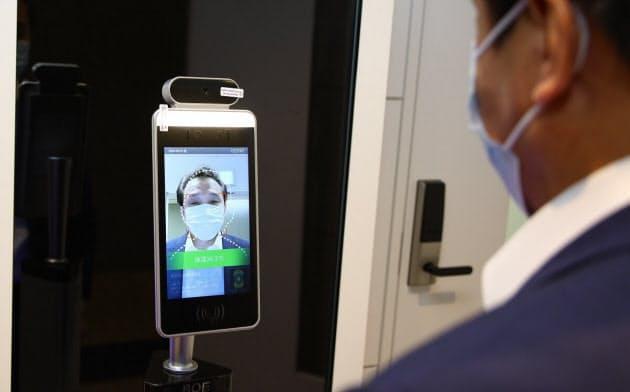 非接触の顔認証・体温測定装置。中国・京東方科技集団(BOE)の日本法人BOEジャパンが5月に発売した(撮影:日経クロステック)