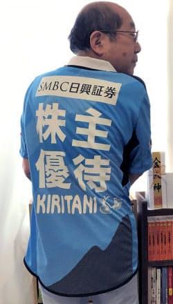 取材時に桐谷さんが着ていたのはイベント開催時にもらったという川崎フロンターレのユニホーム。背中には「株主優待」の文字