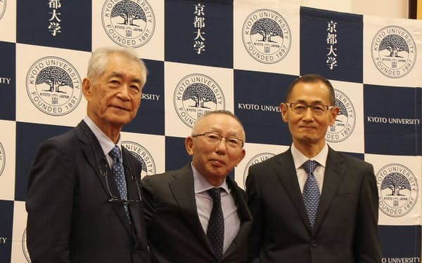 左から、京都大学の本庶佑氏、ファーストリテイリングの柳井正氏、京都大学の山中伸弥氏