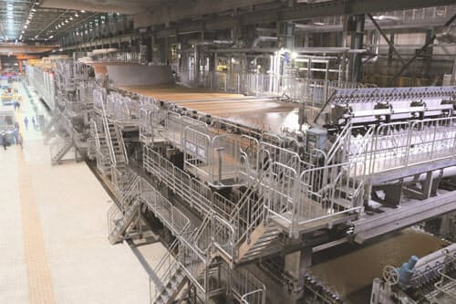 大王製紙は「包む」用途への設備改造を進める(写真は三島工場の段ボール生産設備)