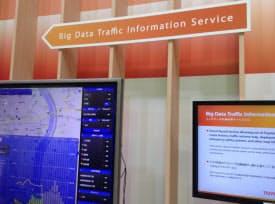 トヨタが展示した「ビッグデータ交通情報サービス」の画面(左)