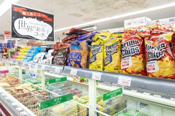 世界の菓子や食材が手ごろな価格で買える「業務スーパー」(写真:菅野勝男)