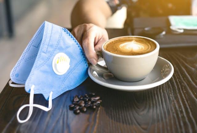 デートで入ったカフェ。マスクはいつ外し、どこに置くのがいい?(写真はイメージ)=PIXTA