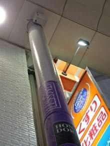 NTT西日本が商店街に設置した公衆無線LANのアクセスポイント(柱上部の箱状の機器)