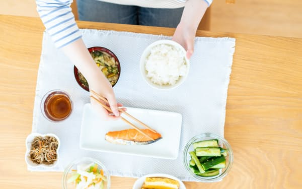 免疫を高める働きが期待されるビタミンDはサケなど魚に多く含まれる(写真はイメージ=PIXTA)