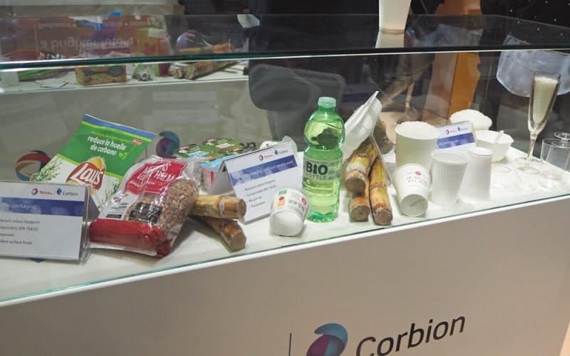 生分解性・生物由来プラスチックのポリ乳酸で製造したパッケージ類(撮影:日経クロステック)