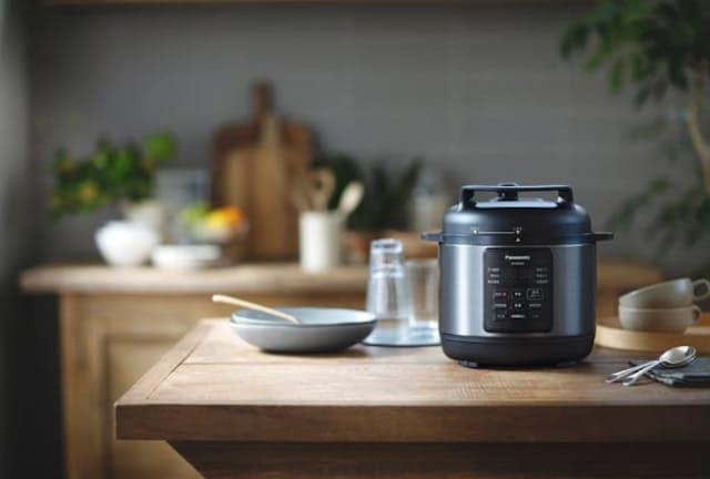 パナソニックが2019年7月に発売した電気圧力鍋「SR-MP300」。約1年が経過した今でも安定的に売れている(写真提供/パナソニック)