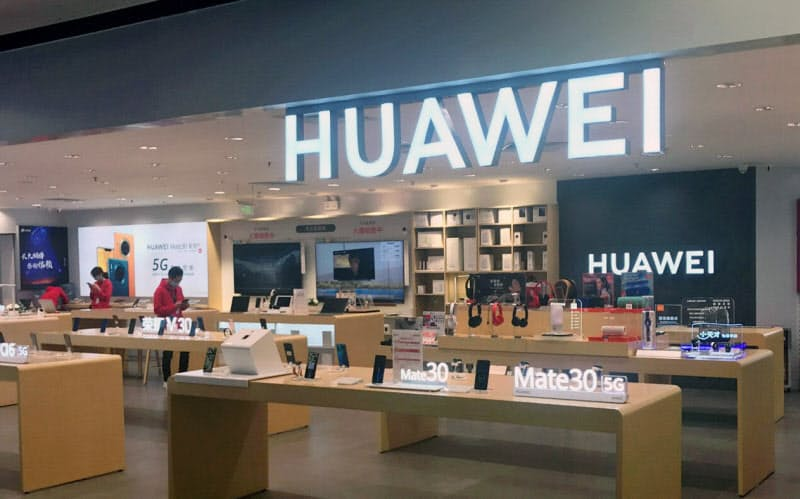 華為技術(ファーウェイ)は中国市場でスマートフォンの出荷を伸ばし4~6月期の世界シェアは初めて首位になった(広東省広州市の店舗)