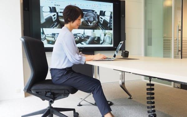 ホンダが内田洋行との協業で開発したオフィス用椅子。軽自動車用シート向けに開発した抗アレルギー物質、抗ウイルス性能を持つ生地を採用した