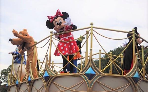 営業を再開した東京ディズニーランドではキャラクターもソーシャルディスタンスを徹底