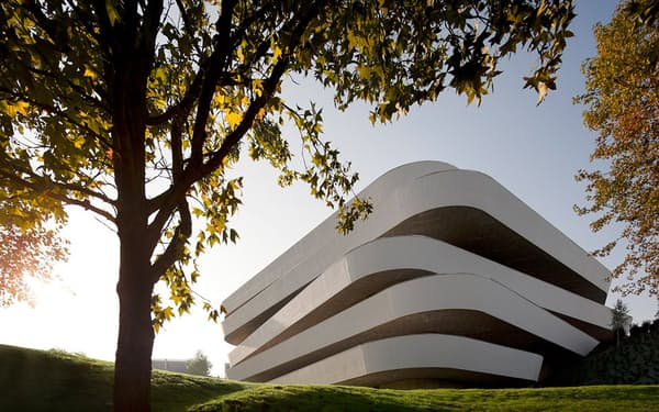 皿を5枚重ねたようなデザインの校舎。スペインの著名な建築事務所「VAUMM」が設計を手がけたキャンパスは、総工費は1700万ユーロ(約20億円)(写真:Courtesy of Basque Culinary Center)