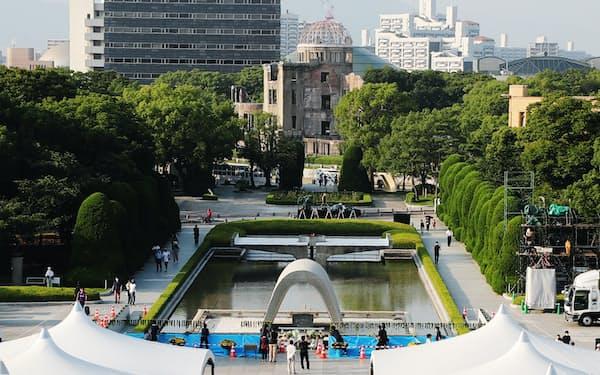 式典の準備が進む平和記念公園(5日、広島市中区)