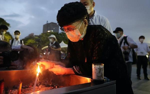 早朝に平和記念公園を訪れ犠牲者を追悼する女性(6日午前、広島市中区)=玉井良幸撮影