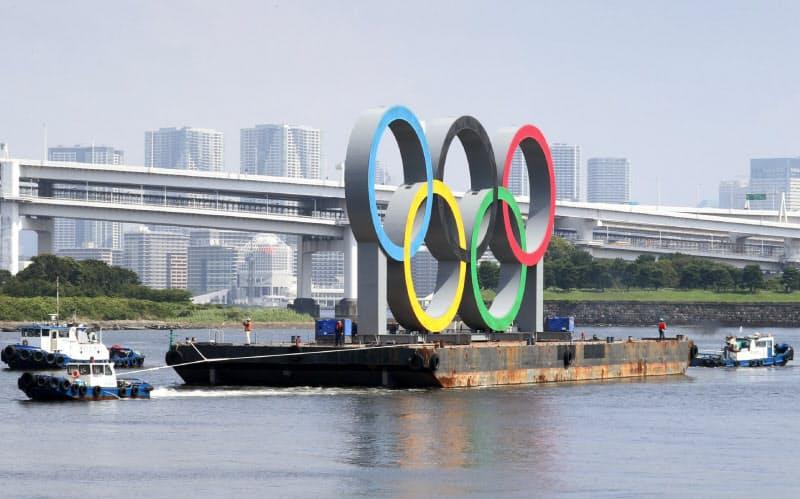 安全点検のため一時的に撤去される五輪マークのモニュメント(6日午前、東京都港区のお台場海浜公園)=井上容撮影