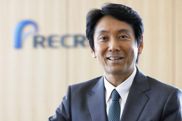 峰岸真澄(みねぎし・ますみ)氏 1964年生まれ。千葉県出身。87年立教大学経済学部卒業後、リクルート入社。「カーセンサー」の広告事業を経て「ゼクシィ」創刊に携わる。2003年に当時最年少の39歳で執行役員に就任。04年常務執行役員、09年取締役兼常務執行役員、11年取締役兼専務執行役員を経て、12年4月に社長兼CEOに就任。同年10月、持ち株会社制に移行し、リクルートホールディングス社長兼CEOに就任。(写真 竹井俊晴)