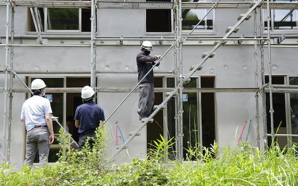 神奈川県内の建設現場に設置された足場を使い、20歳代の技能者2人を被験者として実験した(写真:日経クロステック)