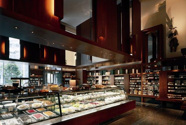 パーク ハイアット 東京の1階にあるデリカテッセン。サラダやサンドイッチ、スイーツなどがずらりと並ぶ