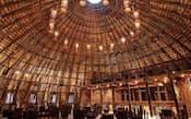 図2 ギア氏は「竹の建築」で独自性を発揮する。写真は2008年、ベトナム南部に完成したレストラン「wNwバー」。延べ面積は270m2(平方メートル)。竹を束ねたユニットが高さ10m、スパン15mのアーチを描く。竹を使った初期の実作(写真:大木宏之)