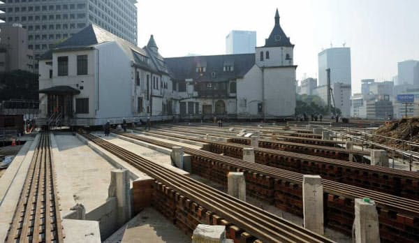 北側から見る。旧館は写真手前から奥に向かって動いた。建物が元あった場所には切断した柱などが残る。11月18日に撮影(写真:日経アーキテクチュア、以下同じ)