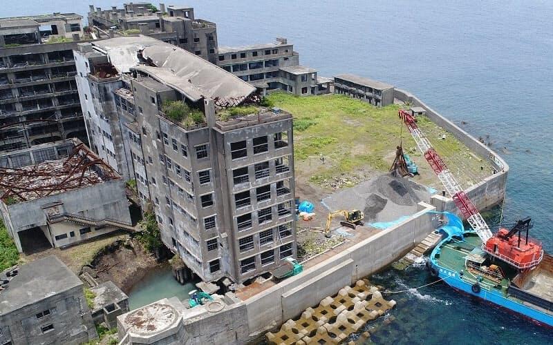 軍艦島は台風の脅威にさらされている。老朽化も深刻だ。写真は2017年の補修工事の様子(写真:出水享)