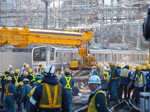 品川駅の横浜方で実施した線路切り替え工事の様子。23日午前9時すぎ、水平30トン吊りの鉄道クレーンを使って、新しい分岐器を設置した(写真:ケンプラッツ)