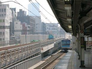 秋葉原駅の京浜東北線ホームから神田駅側を見る。外側に東北縦貫線の軌道があり、レールが既に敷設されている(写真:ケンプラッツ)