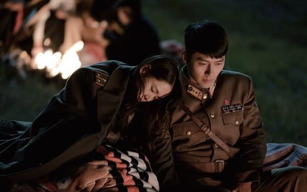 Netflixオリジナルシリーズ『愛の不時着』独占配信中。パラグライダーで飛行中に38度線を越えてしまった韓国の財閥令嬢と、北朝鮮のエリート将校との運命の恋を描くラブストーリー
