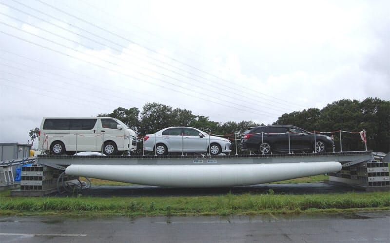 乗用車3台が載った状態の「PS-Bridge(ピーエス・ブリッジ)」。巨大な風船で荷重を支える(写真:日経クロステック)