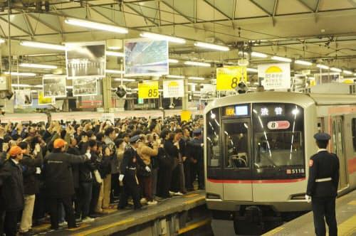 2013年3月16日午前0時45分、東横線渋谷駅の地上ホームに下り最終列車が到着。大勢の鉄道ファンがホームを埋め尽くす(写真:東京急行電鉄)