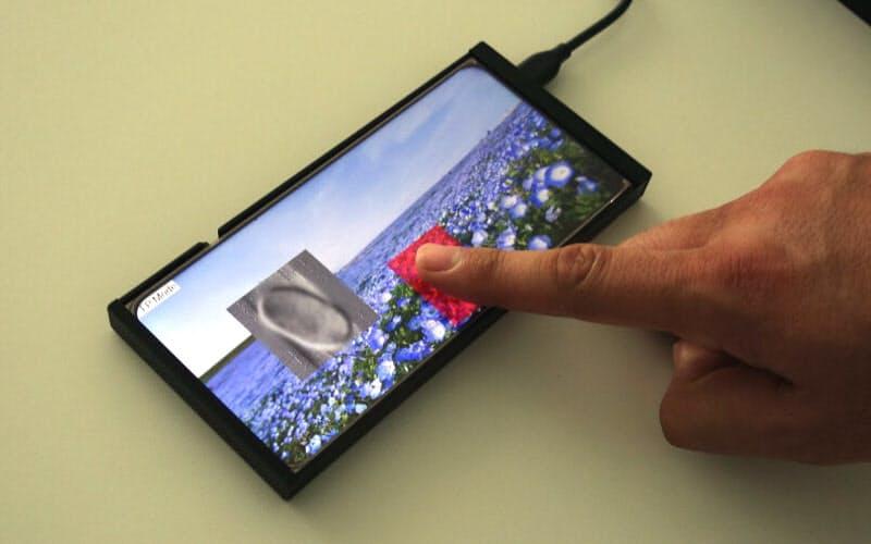 静電容量式指紋センサーを搭載したスマートフォン型のデモ機(撮影:日経クロステック)