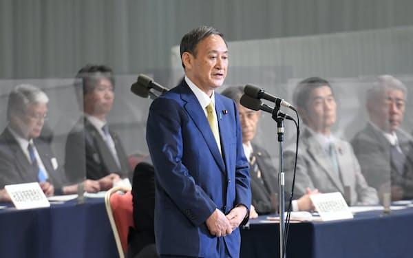 自民党総裁に選出され、あいさつする菅氏(14日、東京都港区)