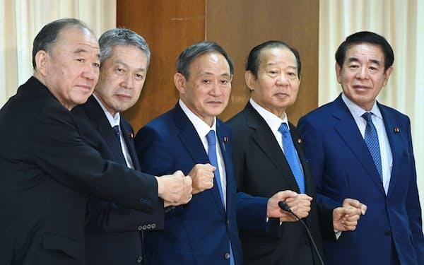 自民臨時総務会でグータッチする(左から)山口、佐藤、菅、二階、下村の各氏(15日、自民党本部)