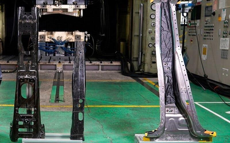 試作したCFRP製ボディー部品。左からセンタートンネル、フロントピラー、センターピラーの試作品(出所:日産自動車)