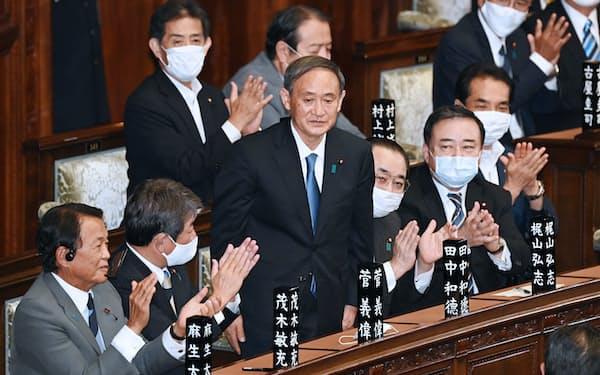 衆院本会議で首相に指名され、起立する自民党の菅義偉総裁(16日)