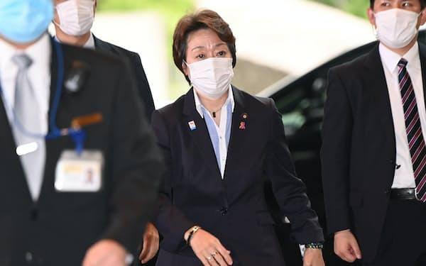 五輪相への再任が決まり、首相官邸に入る橋本聖子氏(16日)