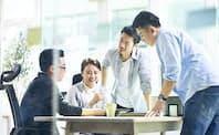 日本企業では同僚と助け合う人の割合が欧米企業より低いという。写真はイメージ