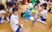 家庭科の保育実習でおもちゃ遊びをする中学3年生と保育園児(東京都世田谷区の砧南中学校)