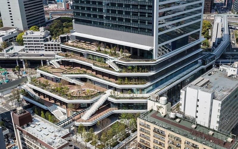 ソフトバンクグループとソフトバンクが新本社を構える「東京ポートシティ竹芝オフィスタワー」。棚田状のステップテラスが広がる特徴的な外観だ