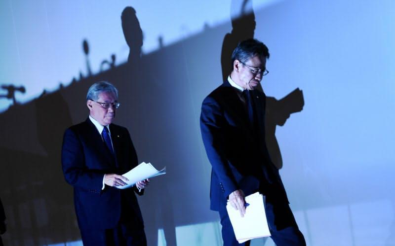辞任が決まり、記者会見する関西電力の八木会長(左)と岩根社長 (2019年10月9日、大阪市)=目良友樹撮影