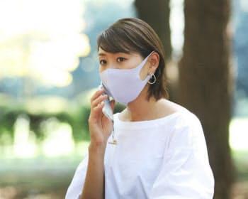公園で電話に出る中山茉莉花さん(東京都渋谷区)