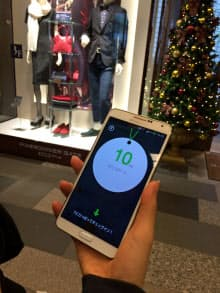 NTTドコモもO2Oに積極的だ。入館するだけで仮想通貨を付与するなどのサービスを手がける。スマホが配信スポットで音を拾うとタグが表示される(東京・中央の商業施設「マロニエゲート」)
