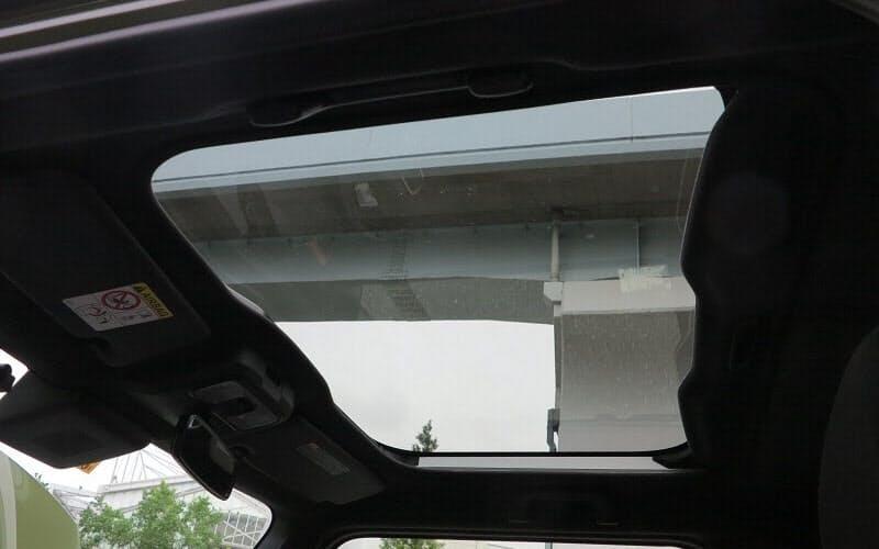 新型車のガラス製ルーフ。明るくて開放感のある車内や、広い前方視界を実現するのが狙いだ(撮影:12bet国际平台Automotive)