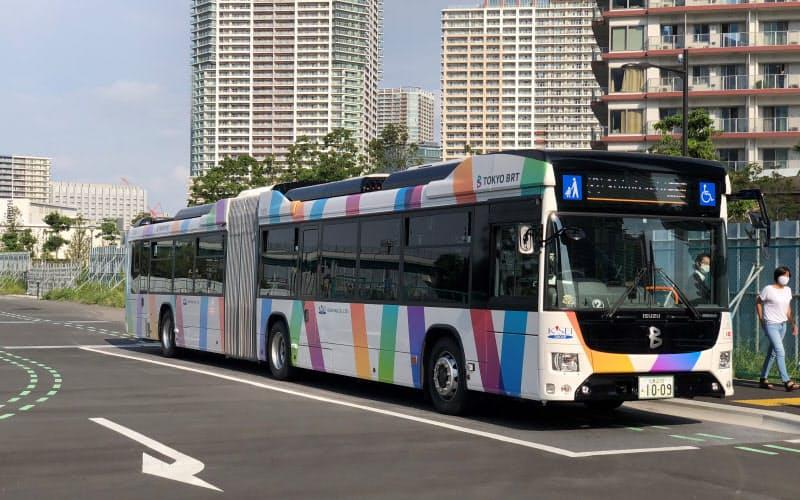 晴海BRTターミナルを発着するバス。大量輸送のため、2車体をつないだ連節バスを導入した(写真:日経クロステック)