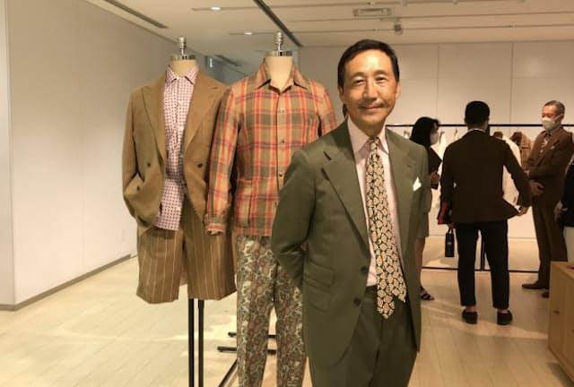 オリーブのスーツにピンクのシャツ。ゆるく結んだネクタイ。絶妙な色合わせを得意とする鴨志田康人さん
