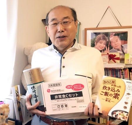 ホクト(右)、石井食品(中央)、シノブフーズの優待品を持つ桐谷さん