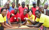 ケニアで大豆の生産指導から販売までを手掛ける薬師川智子氏(中央の黄色いシャツを着た女性)