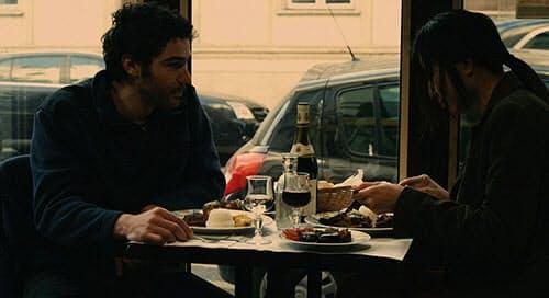 ホアを気に入ったマチューは彼女を食事に誘う