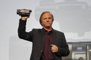 4Kでの撮影ができるビデオカメラ「FDR-AX100」を発表する米ソニーエレクトロニクスのマイク・ファスロ氏