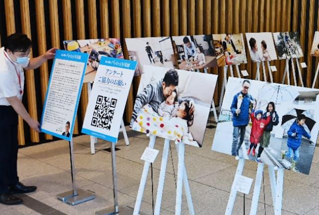 育休を取得した国家公務員の父親たちを紹介する「霞が関のパパたち写真展」が開かれた(東京都千代田区)