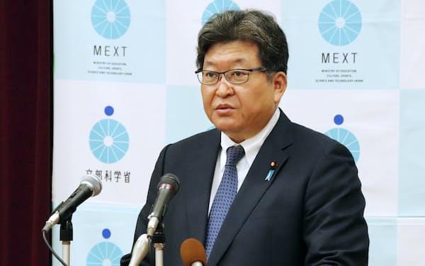 閣議後の記者会見で、教育現場での押印見直しについて説明する萩生田光一文部科学相(20日午前)